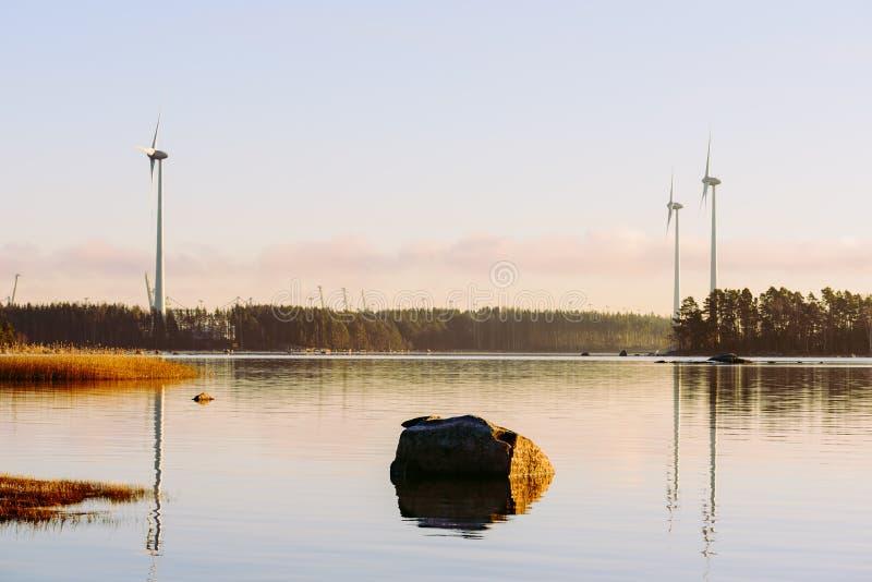 Vue d'automne au port de Kotka, de la Finlande et de ferme des générateurs de l'électricité de vent photo libre de droits