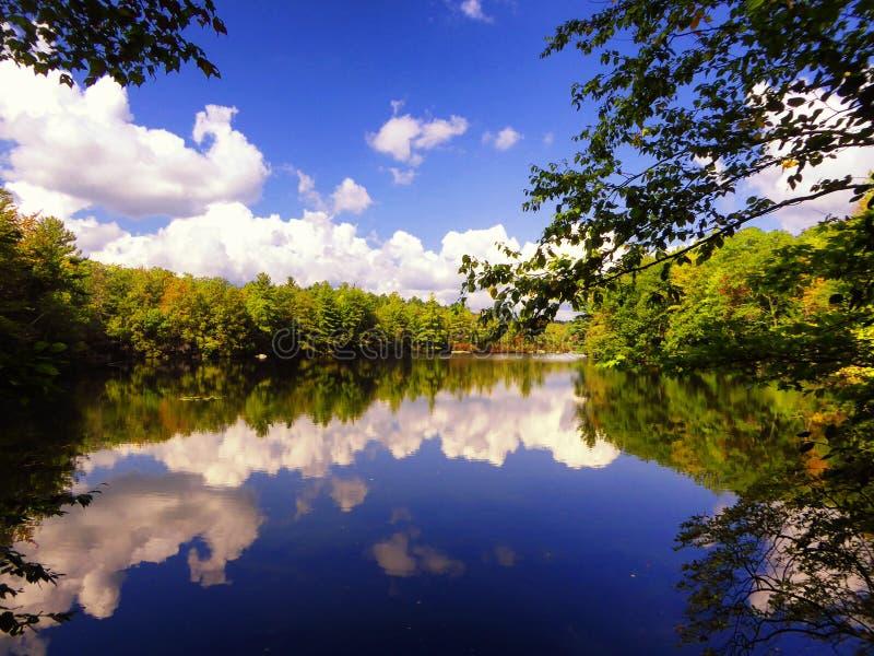 Vue d'automne de parc d'état de Burr Pond images stock