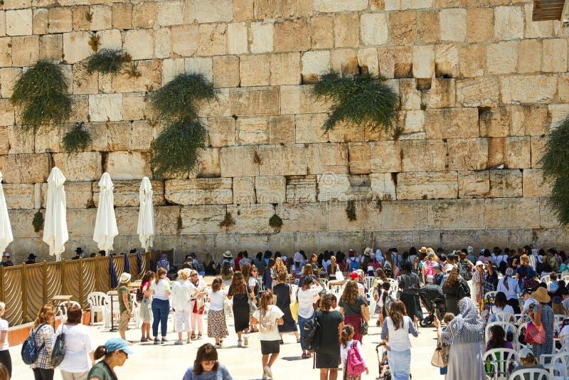 Vue d'avant de prière de personnes d'inconnus le mur occidental dans la vieille ville de Jérusalem photo libre de droits