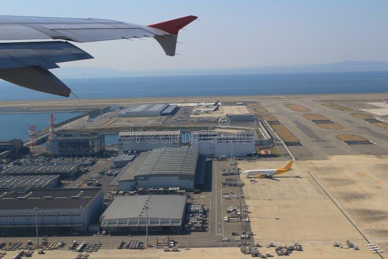 Vue d'avion de fenêtre dans l'aéroport de Kansai image stock