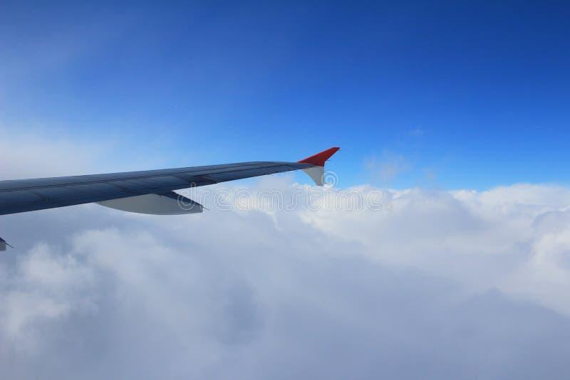 Vue d'avion de fenêtre dans le ciel photographie stock