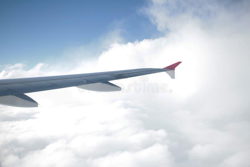 Vue d'avion de fenêtre dans le ciel images stock