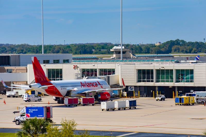 Vue d'avion des lignes aériennes poids du commerce d'Avianca à la porte en Orlando International Airport MCO 3 images libres de droits