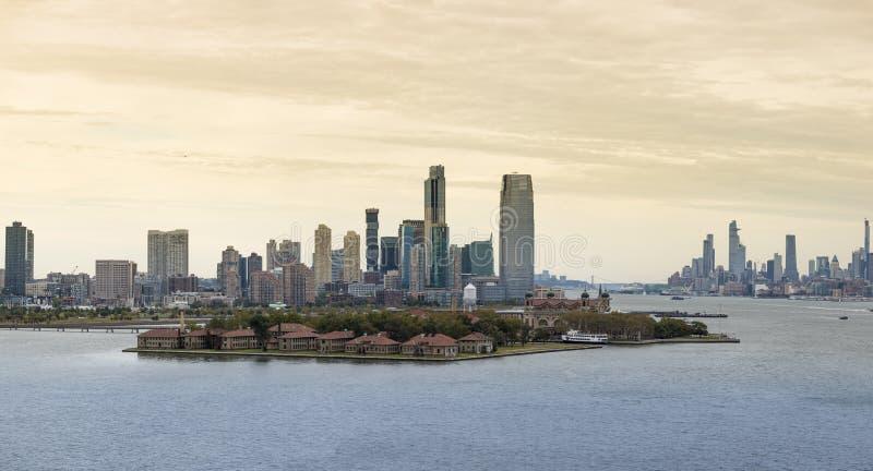 Vue d'Ellis Island avec Jersey City et Manhattan Island en arrière-plan photographie stock libre de droits