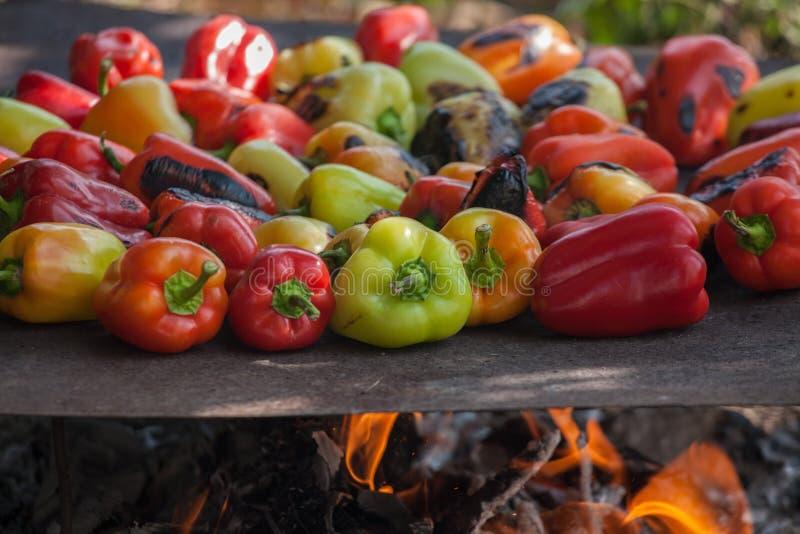 Vue d'en haut des paprikas savoureux veggy bourrés rouges, verts et jaunes colorés photo stock