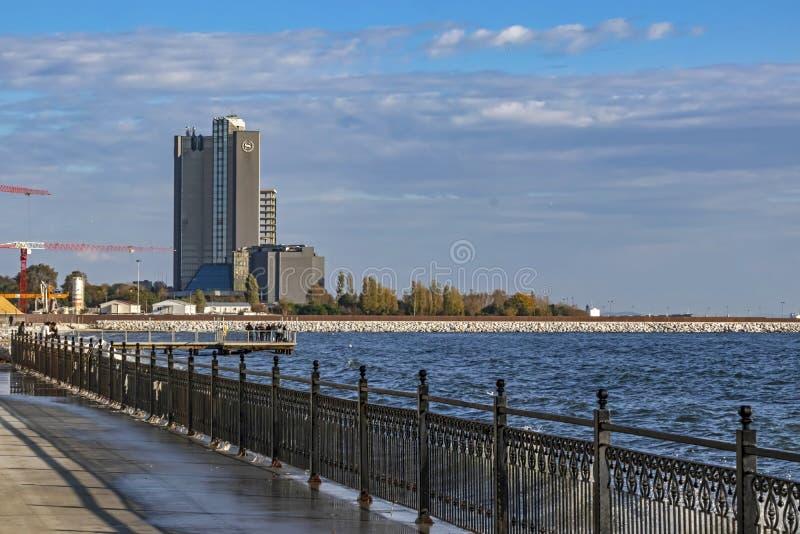 Vue d'ensemble des bâtiments modernes du parc public de baruthane près de la mer de Marmara à atakoy dis image stock