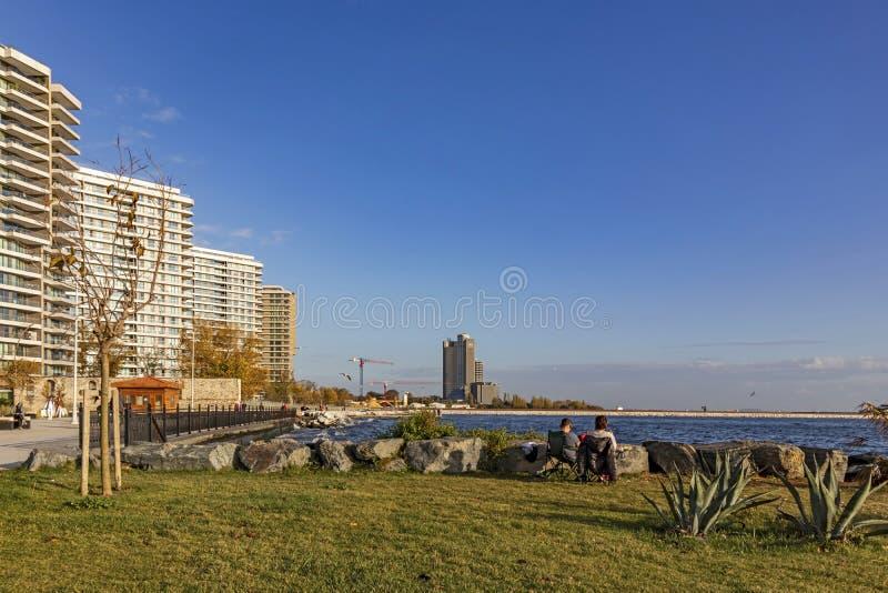 Vue d'ensemble des bâtiments modernes du parc public de baruthane près de la mer de Marmara à atakoy dis photos stock