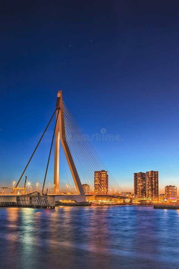 Vue d'Erasmus Bridge unique et bel à Rotterdam photos libres de droits