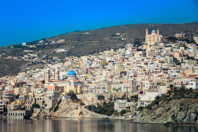 Vue d'Ermoupolis en île de Syros (Grèce) de la mer images stock