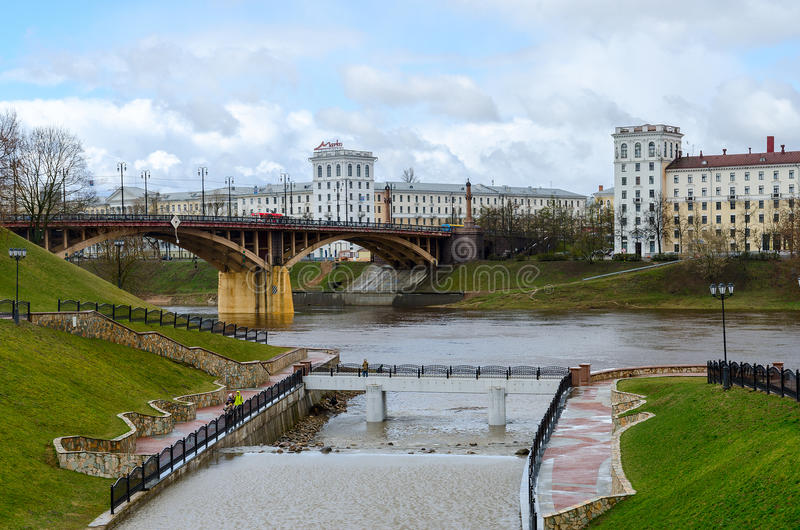 Vue d'estuaire de pont de Vitba et de Kirovsky, Vitebsk photographie stock libre de droits