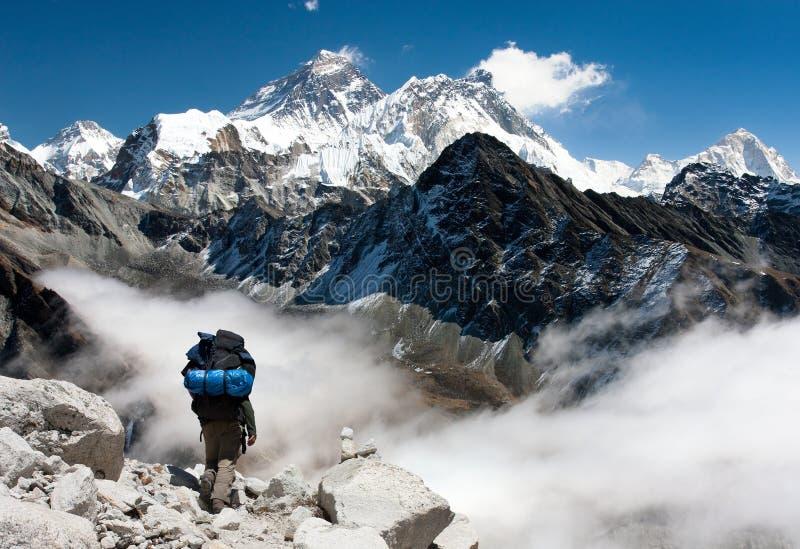 Vue d'Everest de Gokyo avec le touriste image libre de droits