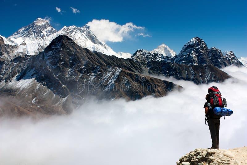 Vue d'Everest de Gokyo avec le touriste photographie stock