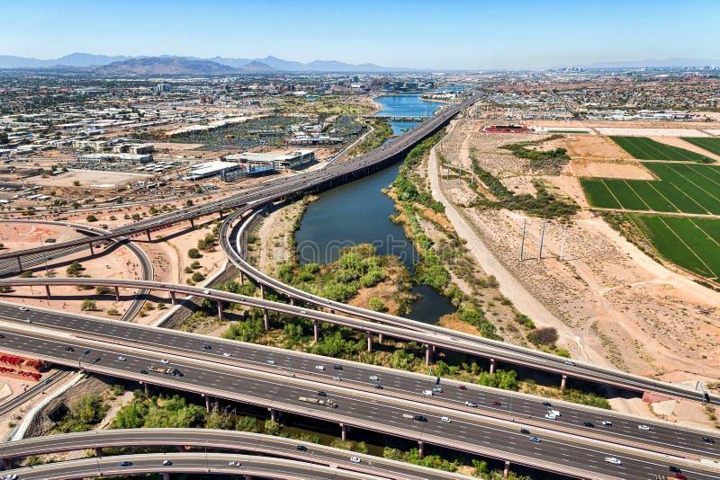 Vue d'hélicoptère de au-dessus d'un échange d'autoroute image libre de droits