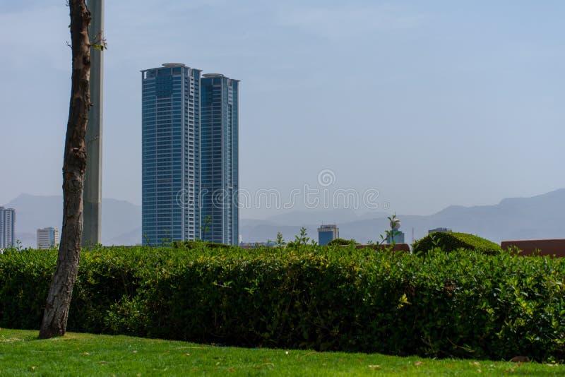 Vue d'herbe et de ville de Ras al Khaimah RAK Corniche photos stock
