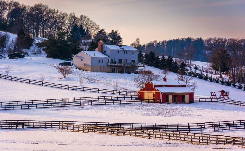 Vue d'hiver d'une maison et d'une grange à la ferme dans Carroll County rurale, photographie stock