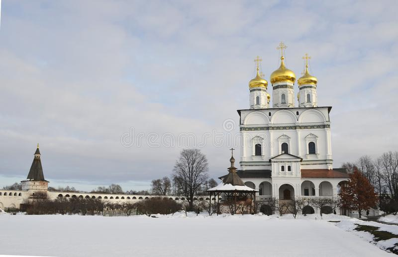 Vue d'hiver de la cathédrale d'hypothèse du monastère d'Iosifo-Volotsky de Volokolamsk, région de Moscou photos libres de droits