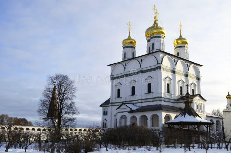 Vue d'hiver de la cathédrale d'hypothèse du monastère d'Iosifo-Volotsky de Volokolamsk, région de Moscou photos stock