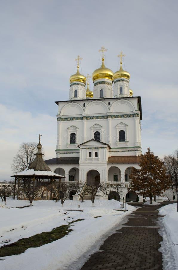 Vue d'hiver de la cathédrale d'hypothèse du monastère d'Iosifo-Volotsky de Volokolamsk, région de Moscou photo stock