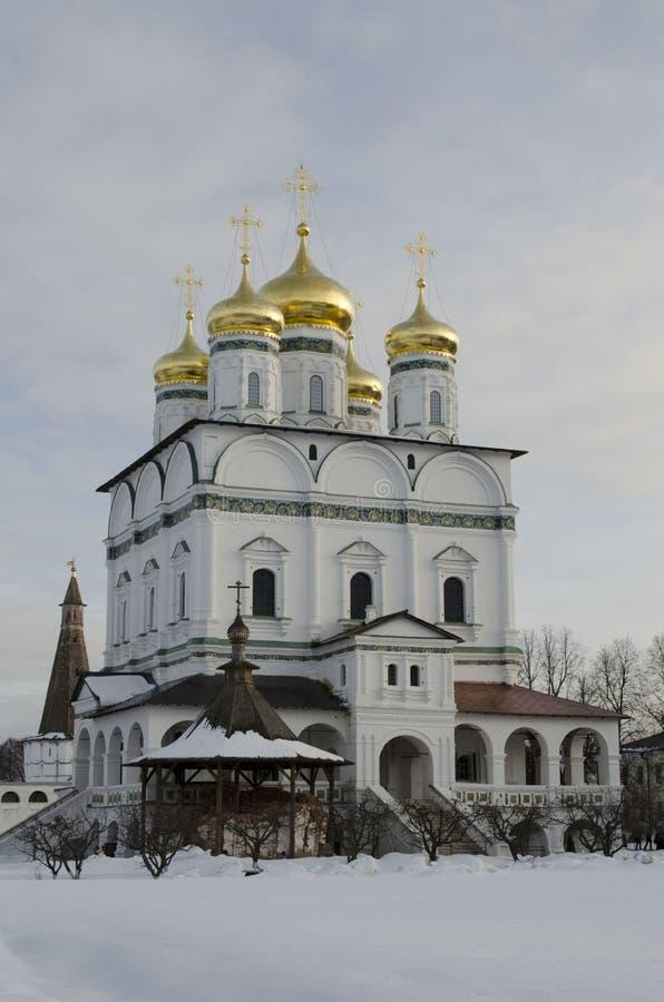 Vue d'hiver de la cathédrale d'hypothèse du monastère d'Iosifo-Volotsky de Volokolamsk, région de Moscou photographie stock