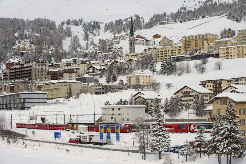 Vue d'hiver de la station de sports d'hiver exclusive de St Moritz le 6 mars 2009 à St Moritz, vallée d'Engadine, Suisse photos libres de droits