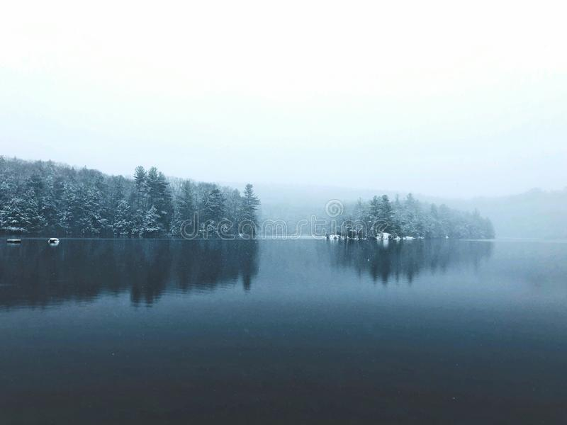 Vue d'hiver de lac de parc d'état d'étang de bavures image libre de droits