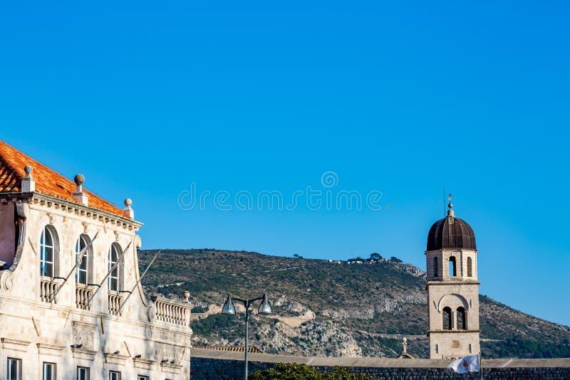 Vue d'hiver de tour de cloche d'église dans Dubrovnik, Croatie photo libre de droits