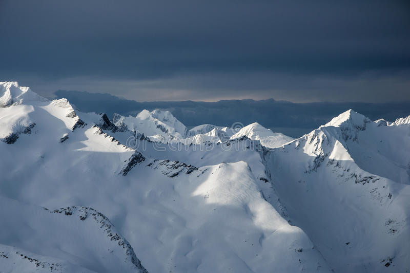 Vue d'hiver des alpes norvégiennes image libre de droits