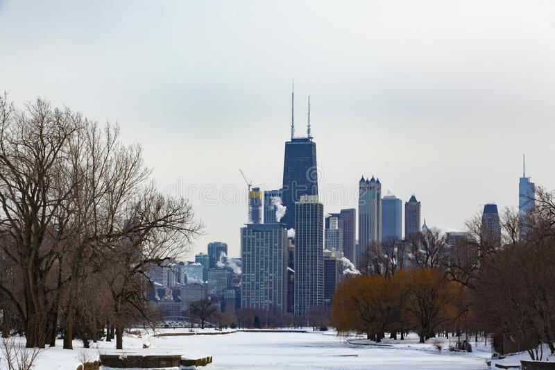 Vue d'hiver d'horizon de Chicago au delà de Lincoln Park Lagoon photographie stock libre de droits