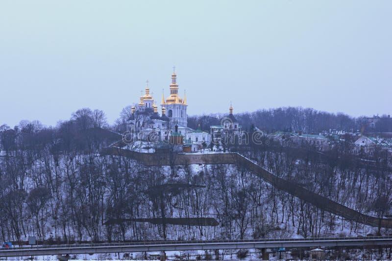 Vue d'hiver d'une des églises dans le lavra de ka de ` de Kyievo-Pechers C'est un monastère chrétien orthodoxe historique Horizon photographie stock libre de droits