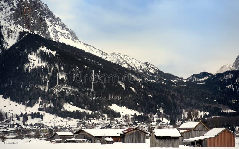 Vue d'hiver d'une petite ville dans les montagnes alpines photo libre de droits
