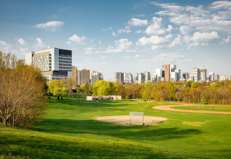 Vue d'horizon de centre de la ville de Toronto de début de la matinée d'est de parc de Riverdale photos stock