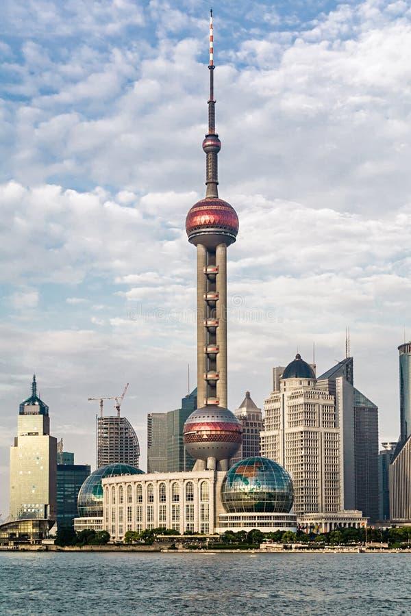 Vue d'horizon de Changhaï avec le fleuve Huangpu Horizon de Changhaï avec les gratte-ciel urbains modernes, Chine photographie stock