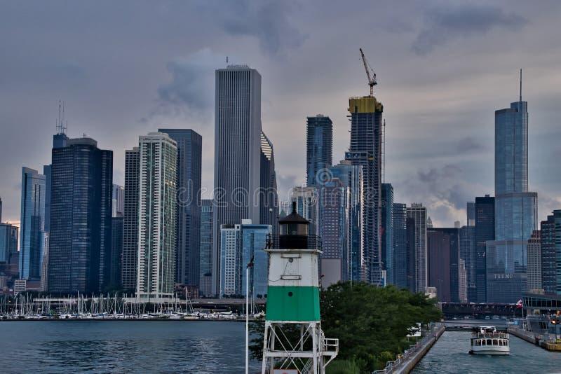 Vue d'horizon de Chicago à l'arrière-plan, phare dans le premier plan, avec le lac Michigan sur la gauche avec des voiliers dans  photo libre de droits
