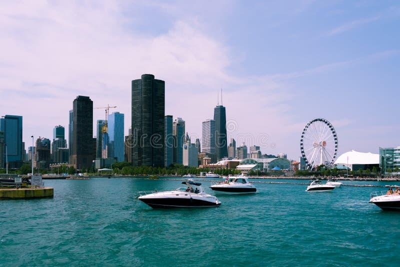 Vue d'horizon de Chicago d'un bateau d'un lac photographie stock