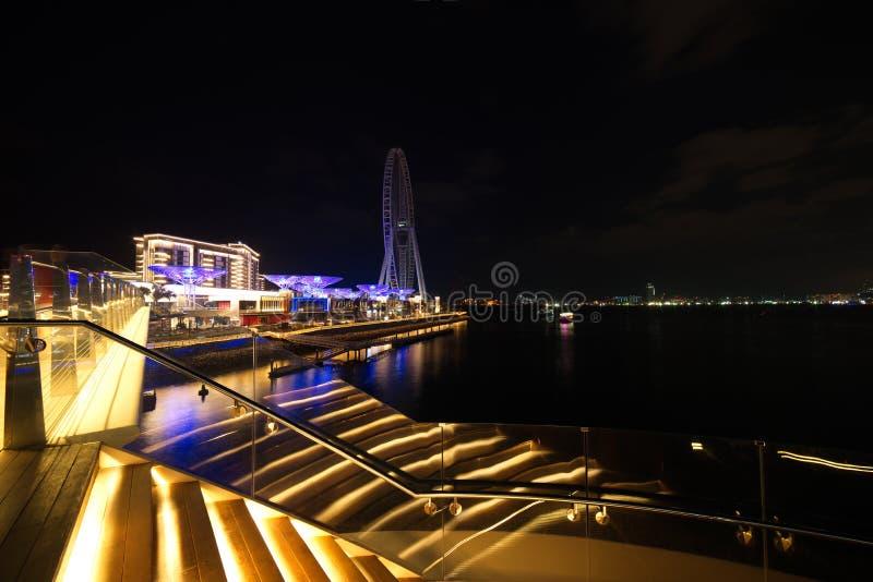 Vue d'horizon de Dubaï à l'île de Bluewaters à la marina de Dubaï et à la résidence de plage de Jumeira la nuit, Dubaï, Emirats A photos stock