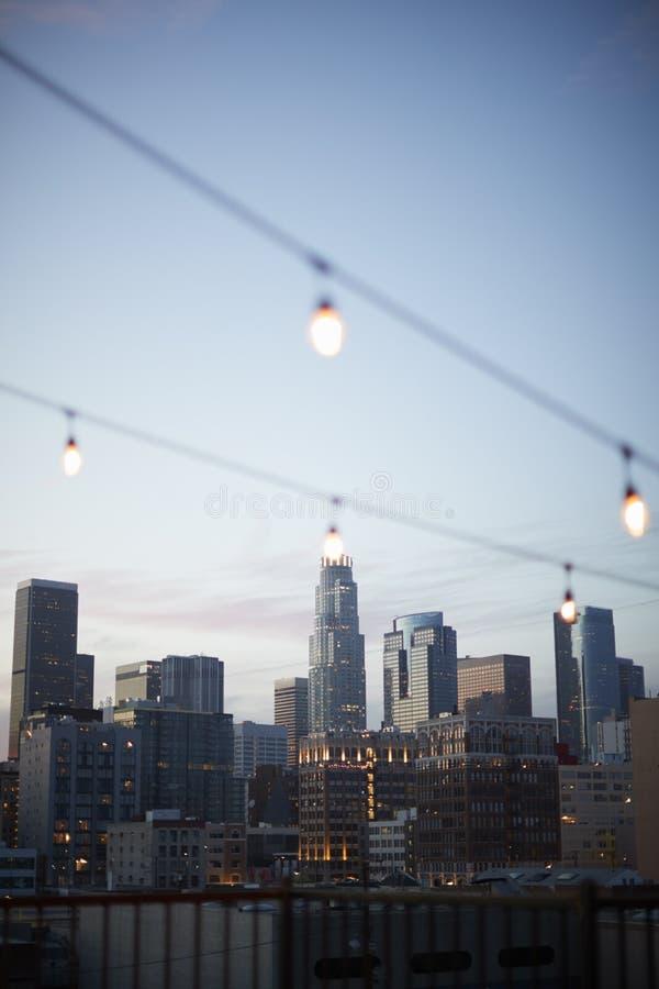 Vue d'horizon de Los Angeles au coucher du soleil avec de la ficelle des lumières dans le premier plan photographie stock