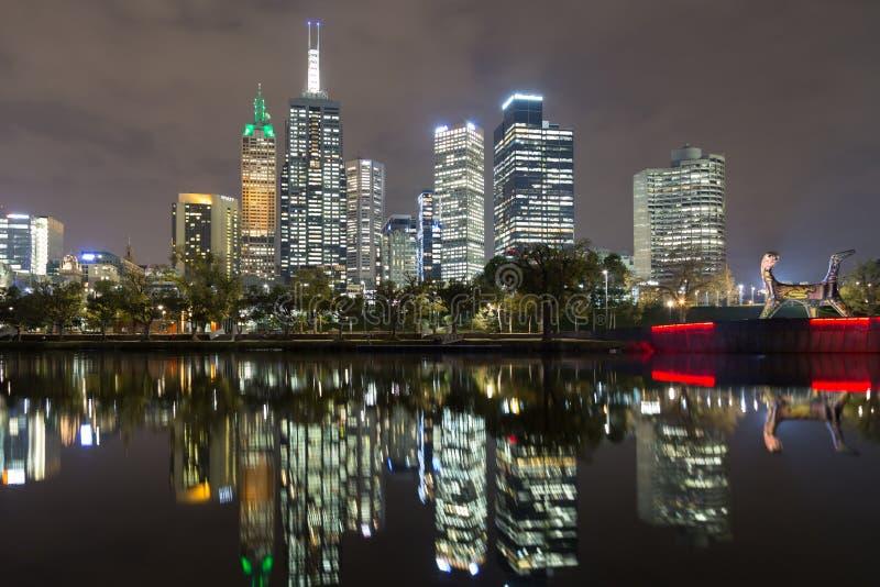 Vue d'horizon de Melbourne au-dessus de la rivière de Yarra image libre de droits