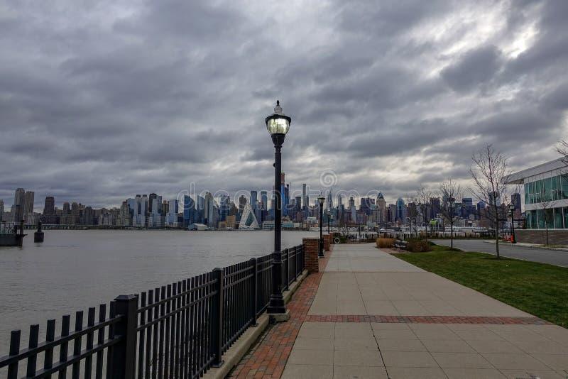 Vue d'horizon de New York City de bord de mer image libre de droits
