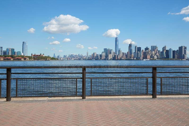 Vue d'horizon de New York City de terrasse vide de dock images stock