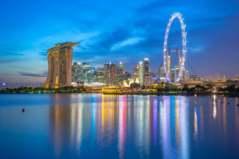 Vue d'horizon de ville de Singapour avec des bâtiments de point de repère la nuit photographie stock