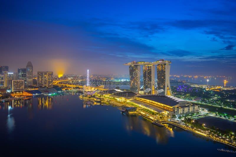 Vue d'horizon de ville de Singapour la nuit photos libres de droits