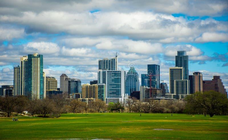 Vue 2016 d'horizon du printemps d'Austin Texas Dramatic Patchy Clouds Early de parc de Zilker photographie stock