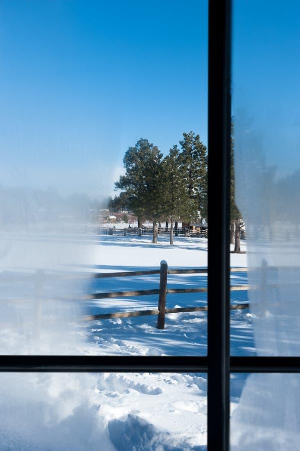 Vue d'hublot de l'hiver photographie stock
