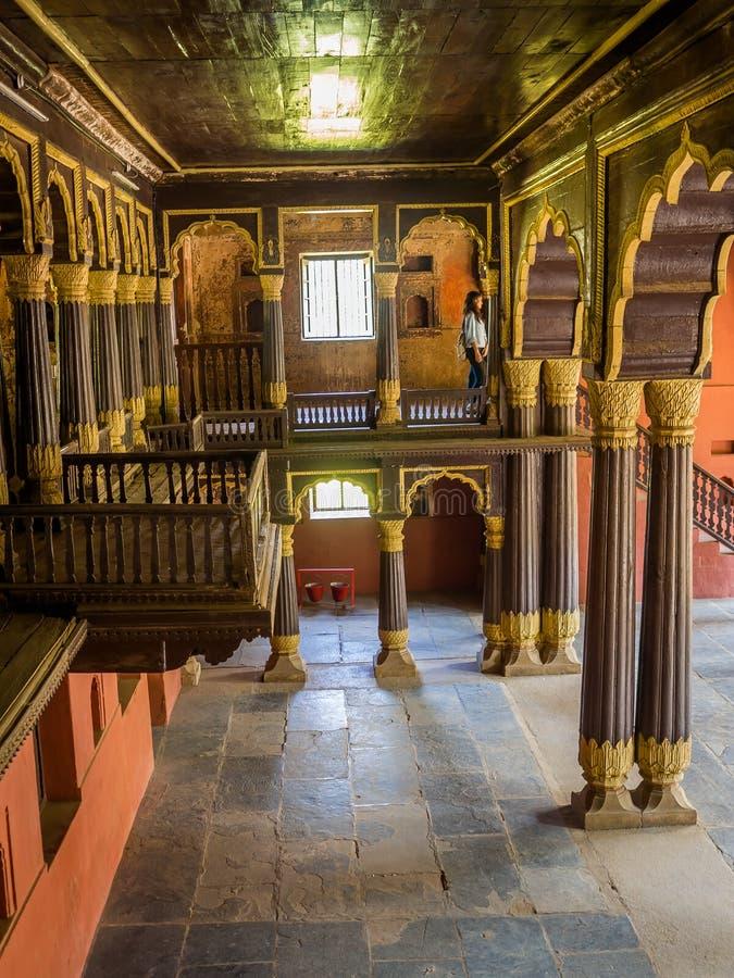Vue d'intérieur des colonnes à l'intérieur du temple hindou très vieux images libres de droits