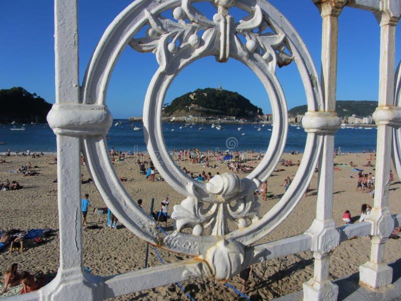 Vue d'Isla de Santa Clara par la balustrade sur Playa de la Concha, San Sebastian photos stock
