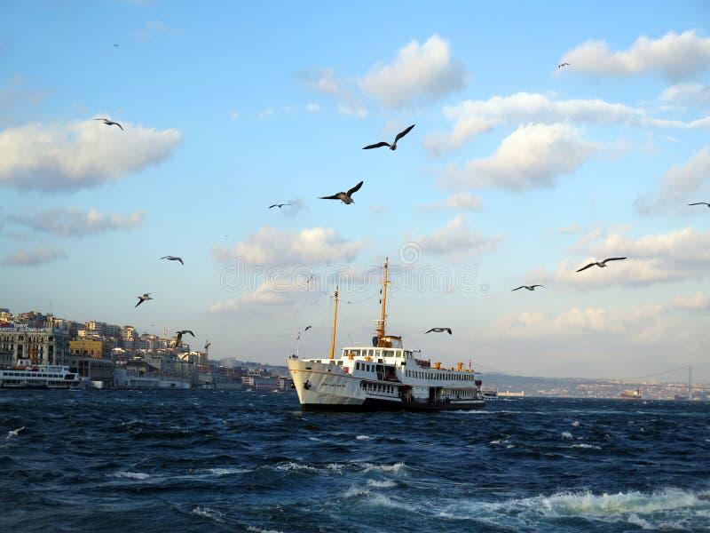 Vue d'Istambul Bosfor avec le bateau blanc image stock