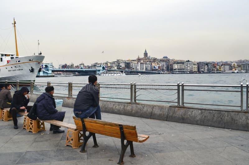 Vue d'Istanbul Le pilier de ¼ d'EminönÃ, le pont de Galata et le Galata dominent photographie stock libre de droits