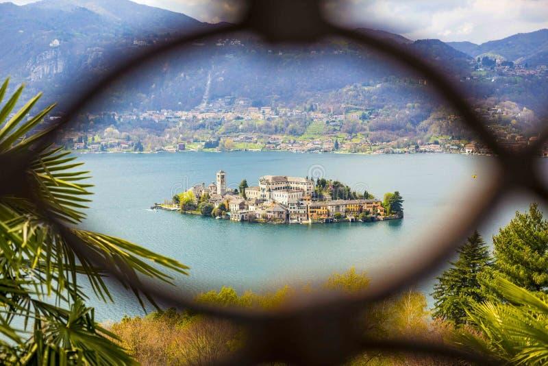 Vue d'?le de San Giulio au lac Orta, Pi?mont, Italie images libres de droits