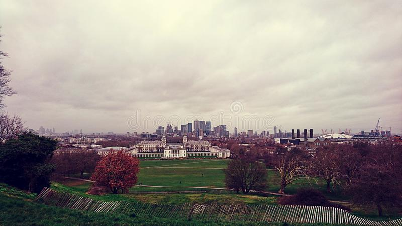 Vue d'observatoire de Greenwich au-dessus de l'horizon de Londres image libre de droits