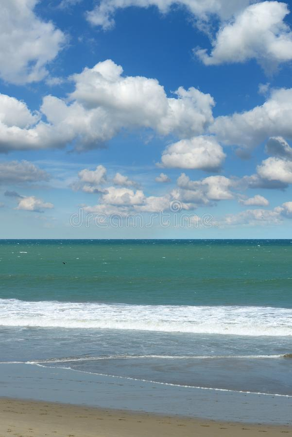 Vue d'océan avec les cieux bleus photographie stock libre de droits